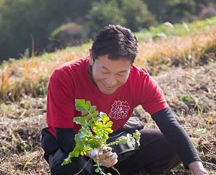 森の中の情熱学校にて。 無農薬で虫や雑草と共存する自然農は、子育てに似ている。