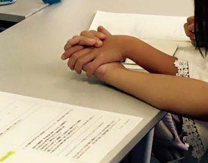 『子が伸びる親子ワークショップ』にて、親子に手を繋いでワークをしてもらっている写真